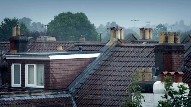 rain on house roofs - inghilterra sud orientale video stock e b–roll