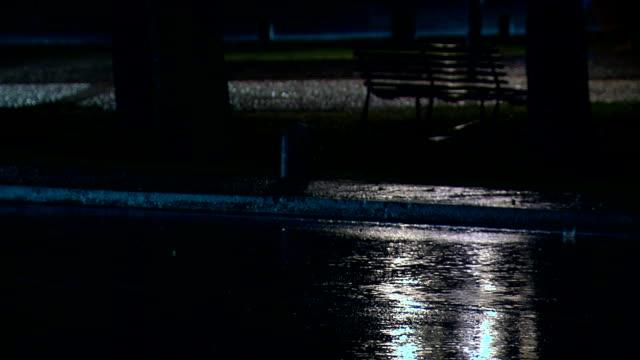 vídeos de stock e filmes b-roll de chuva na estrada à noite - berma da estrada