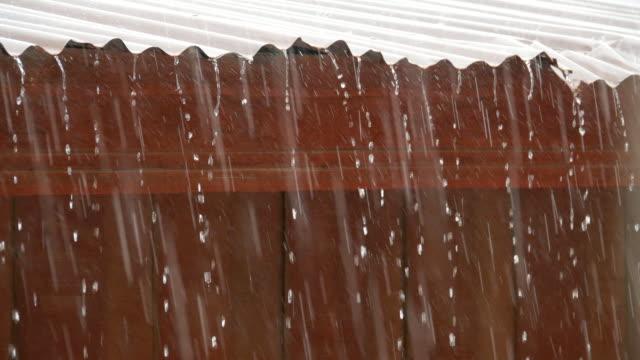 トタン屋根に落ちる雨の古い家の屋根に雨します。 - 屋根点の映像素材/bロール