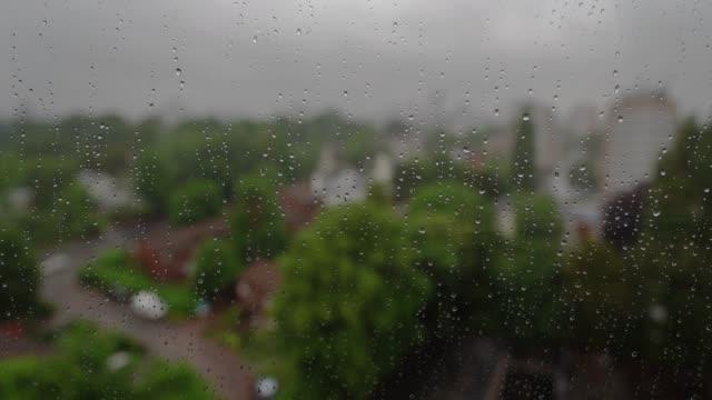 Regen op venster met stadsachtergrond. video
