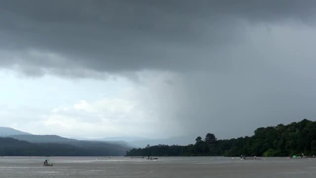 vídeos de stock e filmes b-roll de chuva strom no rio - fishman
