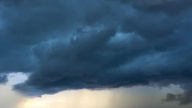 vídeos y material grabado en eventos de stock de lluvia de strom en puesta del sol - pesado