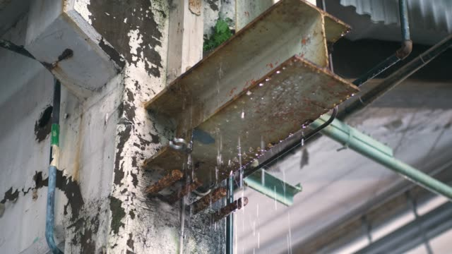 倉庫でポタポタと雨 - 錆びている点の映像素材/bロール