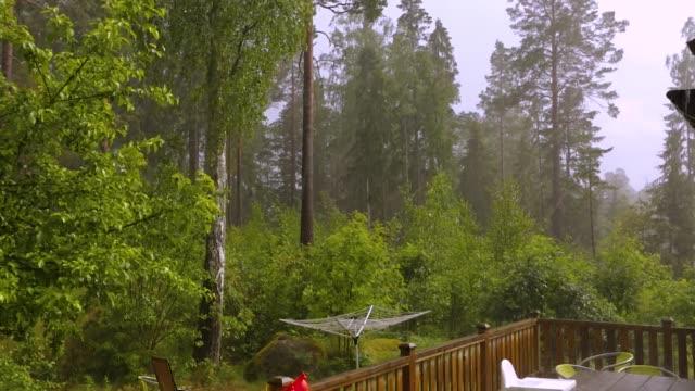 夏の日に木製のパティオに雹と雨。美しい天候の背景。 - パティオ点の映像素材/bロール