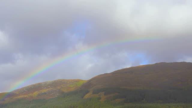 スコットランドのハイランド地方の湖で雨の後の虹 - レインボー点の映像素材/bロール