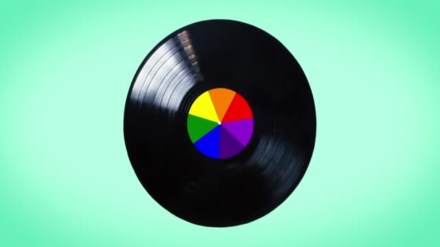 disco in vinile nero arcobaleno isolato su sfondo bianco.  i colori dell'arcobaleno sono usati dalla comunità lgbt. il disco è anche chiamato disco newton - disco audio analogico video stock e b–roll