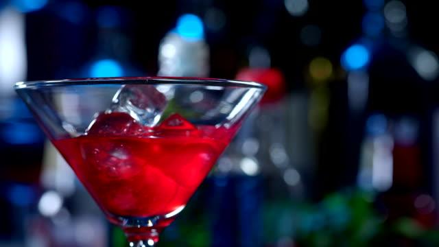 stockvideo's en b-roll-footage met regenboog cocktail - martiniglas