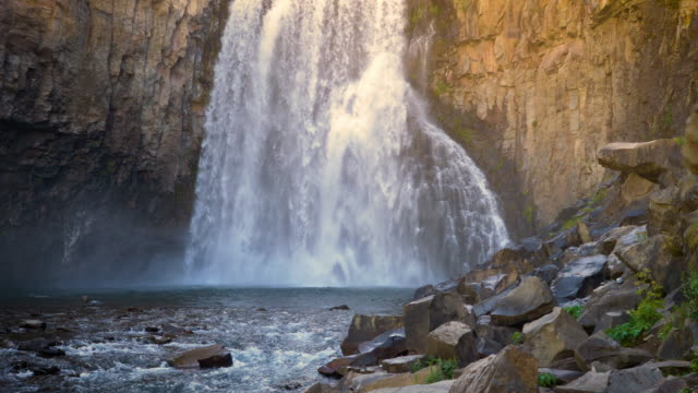 rainbow falls nell'ansel adams wilderness in california usa - parco nazionale video stock e b–roll