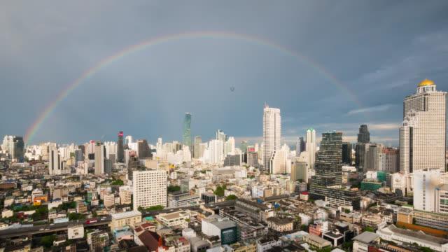 タイのバンコクの雨の後の空に虹 - 希望点の映像素材/bロール