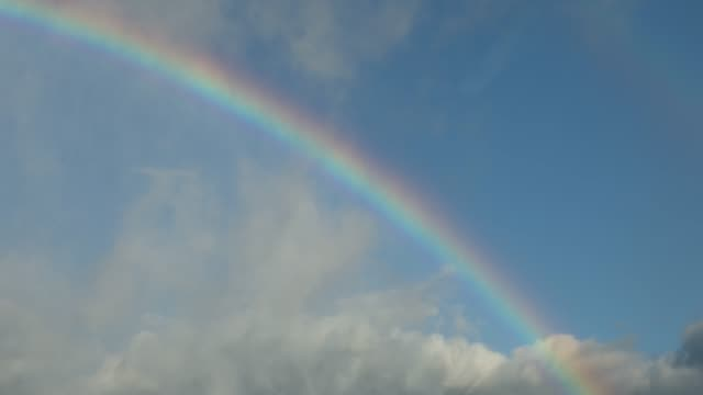 夏の空に虹 - レインボー点の映像素材/bロール