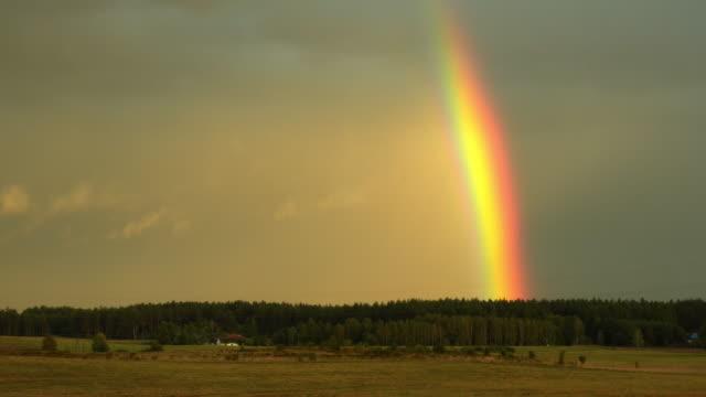 広大な景色に虹がかかった - レインボー点の映像素材/bロール
