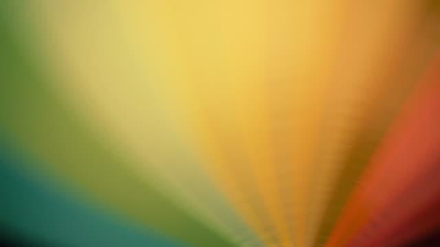 regenbogen regenschirm spinning - sonnenschirm stock-videos und b-roll-filmmaterial