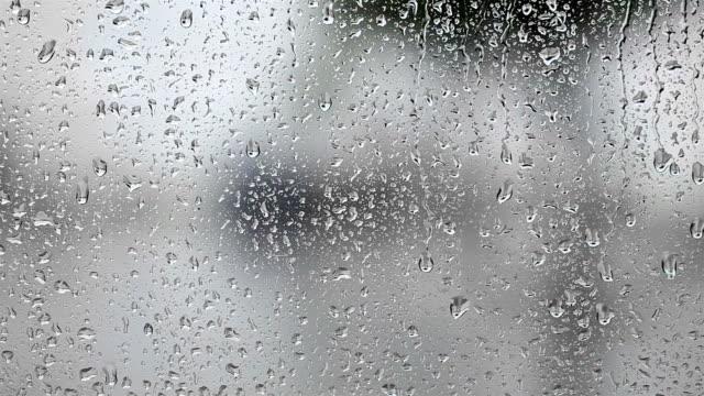 raindrops ウィンドウに - 水滴点の映像素材/bロール