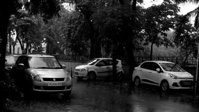 街の降雨量 - 都市 モノクロ点の映像素材/bロール