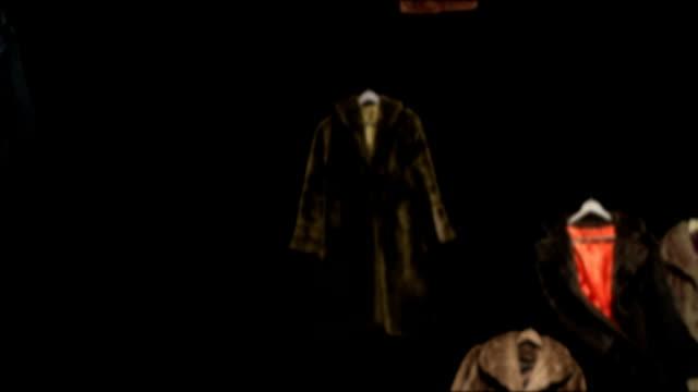 Regen gefälschte Pelzmäntel in Raum 2 – Video