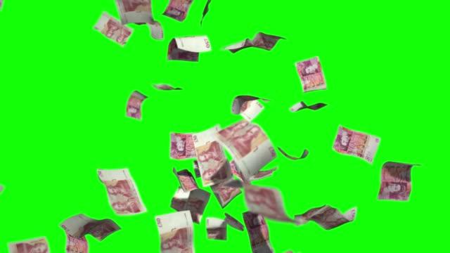 regen geld stock video fünfzig biritsh pfund sterlin währung über green screen chroma schlüssel hintergrund - pfand stock-videos und b-roll-filmmaterial