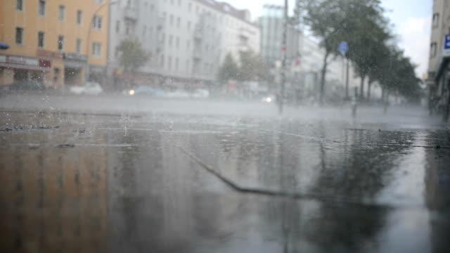 regnade på gatan - berlin city bildbanksvideor och videomaterial från bakom kulisserna