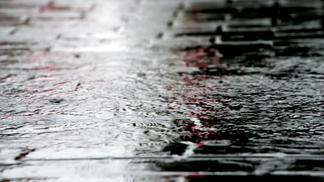 vídeos de stock, filmes e b-roll de fluxos de água da chuva na calçada - calçada