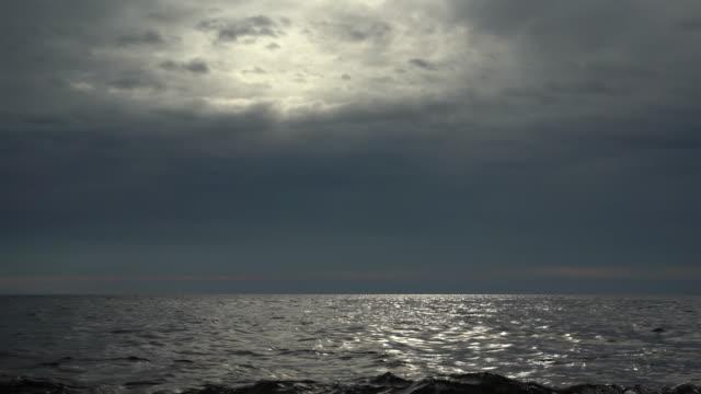 vídeos de stock e filmes b-roll de rainy clouds over the sea - linha do horizonte sobre água