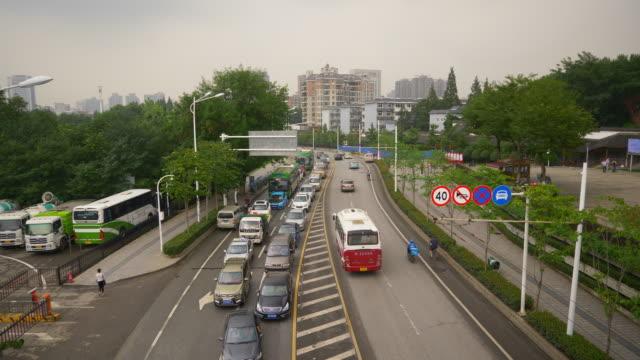 vídeos y material grabado en eventos de stock de día de lluvia wuhan ciudad de tráfico camino de la calle cruce panorama 4k china - wuhan