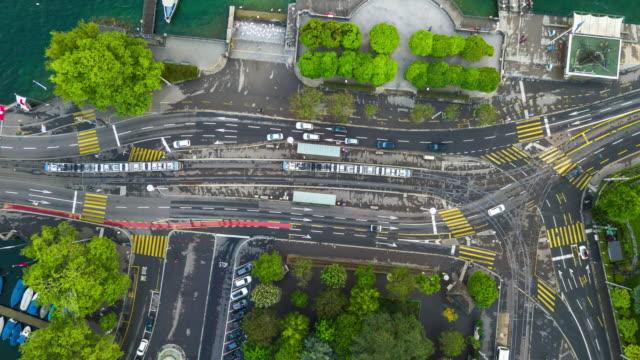 regnerischen Tag Zürich Stadt berühmten Straßenbahn Verkehr Straße Kreuzung Antenne nach unten anzeigen 4 k Zeit verfallen Schweiz – Video