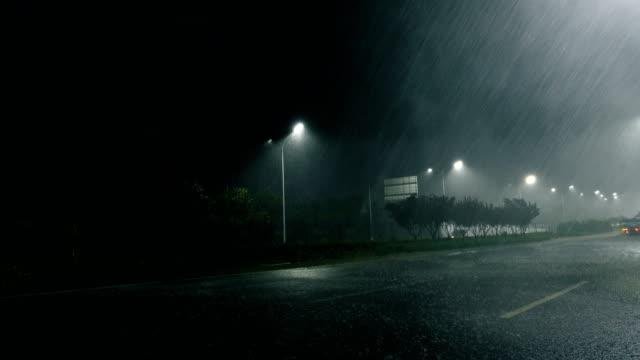 rainy street at night - cavo dell'alta tensione video stock e b–roll