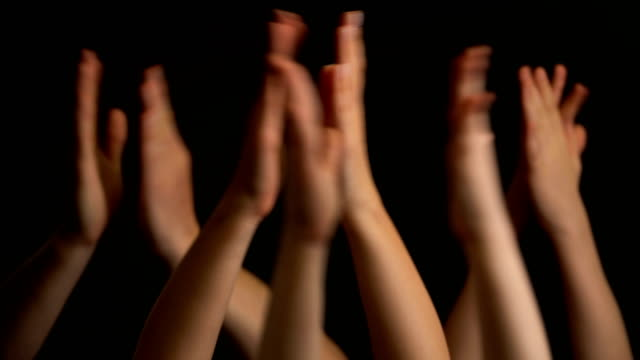 黒い背景に拍手または拍手で手を上げる ビデオ