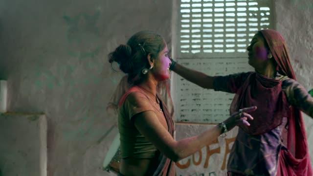 vídeos de stock e filmes b-roll de rajasthan people celebrating the festival of colors holi in india - cultura indiana