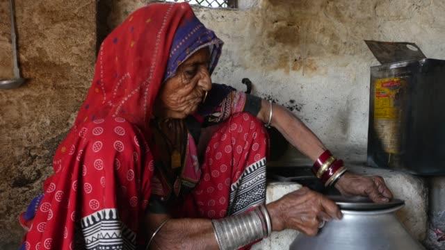 Mulher de Rajasthani, numa pequena aldeia na Índia - vídeo