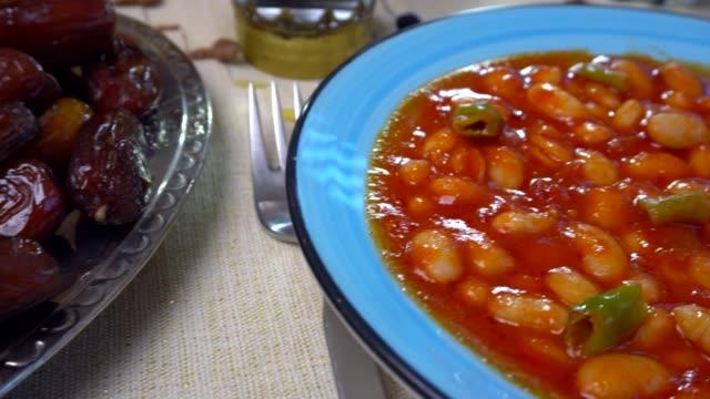 ramadan meal with pita, bowl, baked beans and rice. - поститься стоковые видео и кадры b-roll