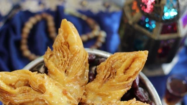 ramazan oryantal tatlılar ve tatlılar - kurban bayramı stok videoları ve detay görüntü çekimi