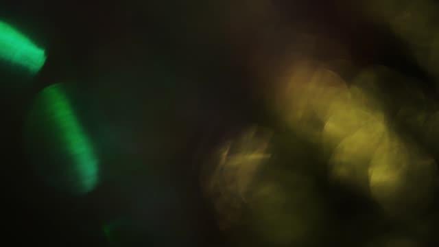 멀티 컬러 광 입자의 랜덤 조합, 홀로 그래픽 호 일의 반사. - 배경 초점 스톡 비디오 및 b-롤 화면