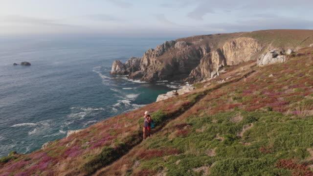 vidéos et rushes de randonneuse sur la côte bretonne - bretagne