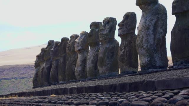 rapa nui moai paskalya adası heykelleri - unesco stok videoları ve detay görüntü çekimi