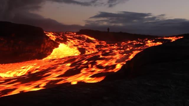 stromschnellen in einem fluss aus lava - vulkan stock-videos und b-roll-filmmaterial