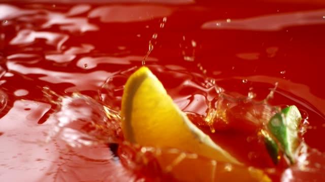 vídeos y material grabado en eventos de stock de piezas de frambuesa, naranja y limón en jugo. corona de bienvenida - frambuesa