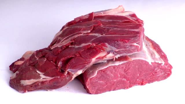 beyaz arka plan üzerinde izole ham sığır eti - dana eti stok videoları ve detay görüntü çekimi