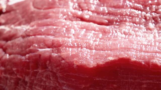 vídeos de stock e filmes b-roll de raw beef on bamboo board close-up. smooth motion - formato bruto