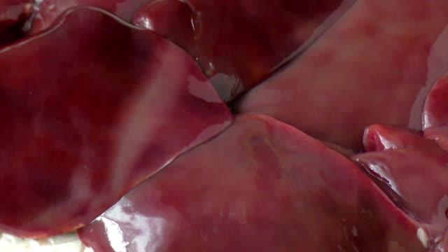 roh hühnerleber auf papier - inneres organ eines tieres stock-videos und b-roll-filmmaterial