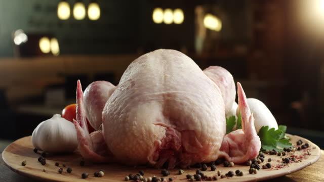 pollo crudo con verdure su piatto di legno - crudo video stock e b–roll