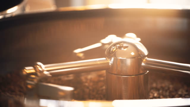 rohe kaffeebohnen stiring - rohe kaffeebohne stock-videos und b-roll-filmmaterial