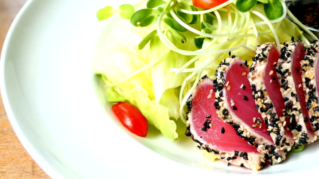 raw fresh tuna salad - abbrustolito video stock e b–roll