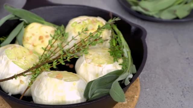 raw garlic heads with fresh spices - parte della pianta video stock e b–roll