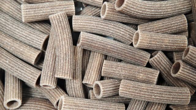 rohe nudeln aus buchweizengrützen in der nähe - glutenfrei stock-videos und b-roll-filmmaterial
