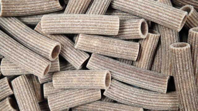 vidéos et rushes de pâtes crues du gros plan des gruaux de sarrasin - marron couleur