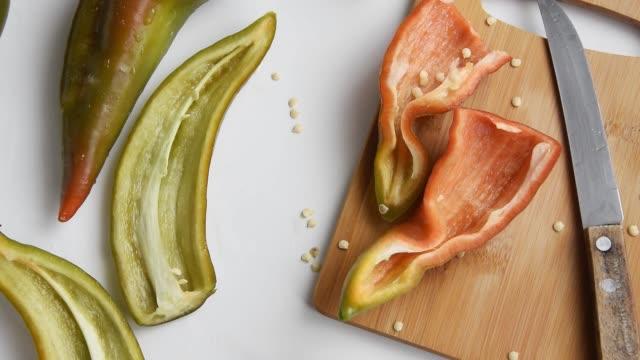 vídeos de stock e filmes b-roll de raw peppers on white background - paprica