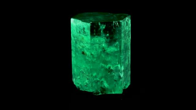 vídeos de stock, filmes e b-roll de esmeralda bruta e pedra preciosa crystal gema rocha natural - esmeralda