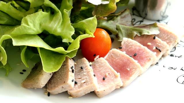 raw tuna meat salad - abbrustolito video stock e b–roll