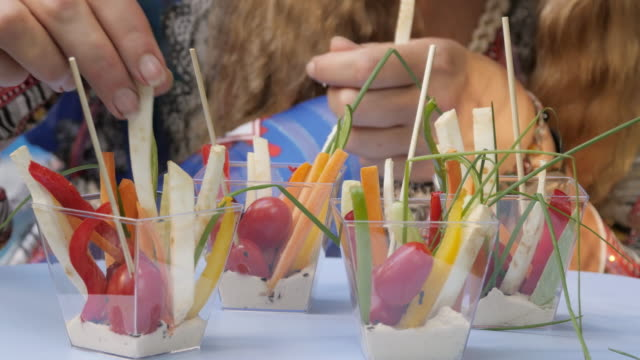 生菜食のカラフルな料理 - ローフード点の映像素材/bロール