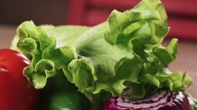 台所のテーブルで生の野菜 ビデオ